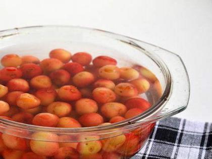 Удаление червяков из ягод с помощью соленой воды
