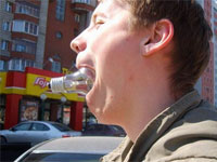человек с лампочкой во рту